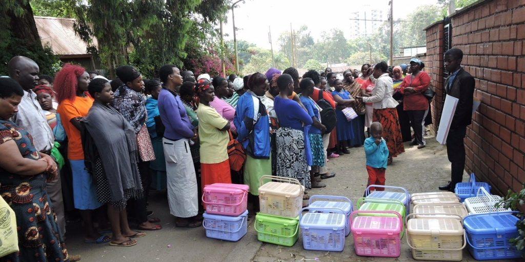 Matkasser deles ut i slummen